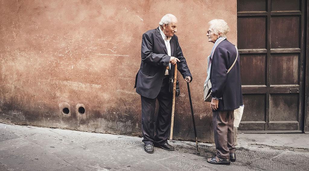 persone anziane vicolo