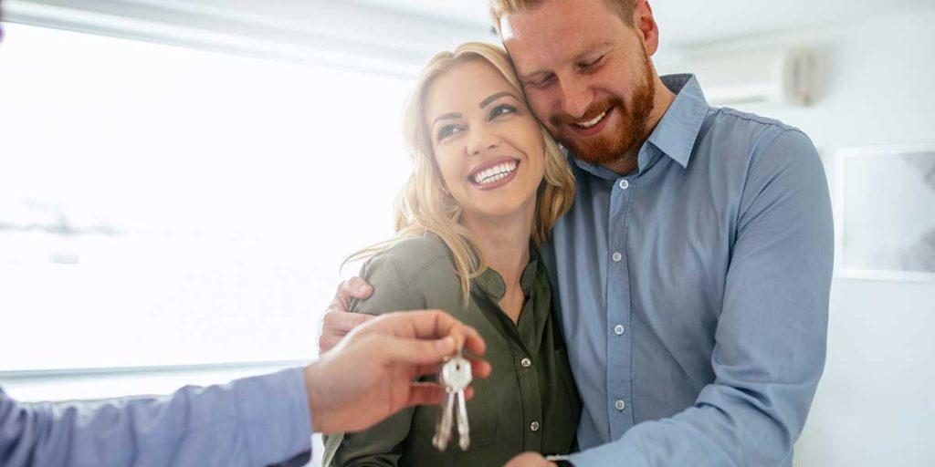 coppia giovane casa chiavi
