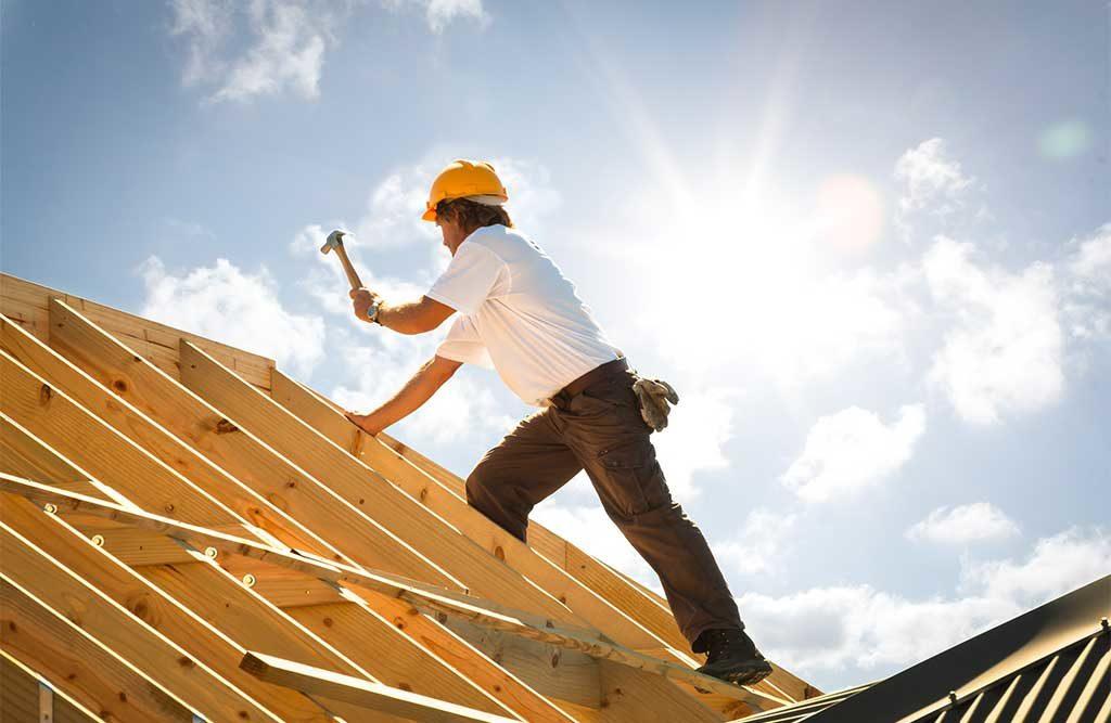 uomo tetto ristrutturazione