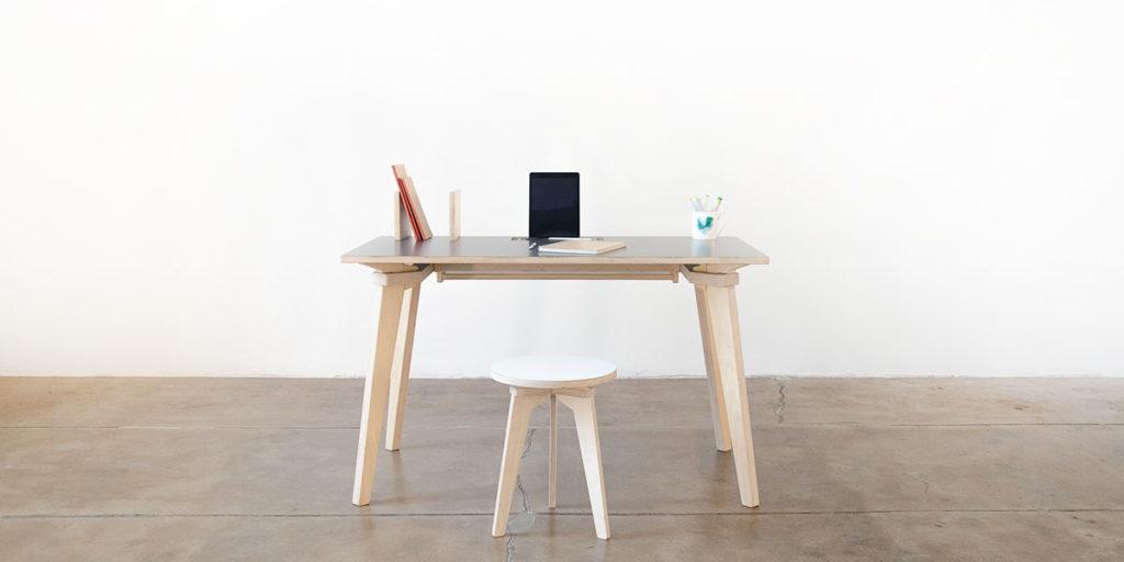 scrivania e sgabello legno