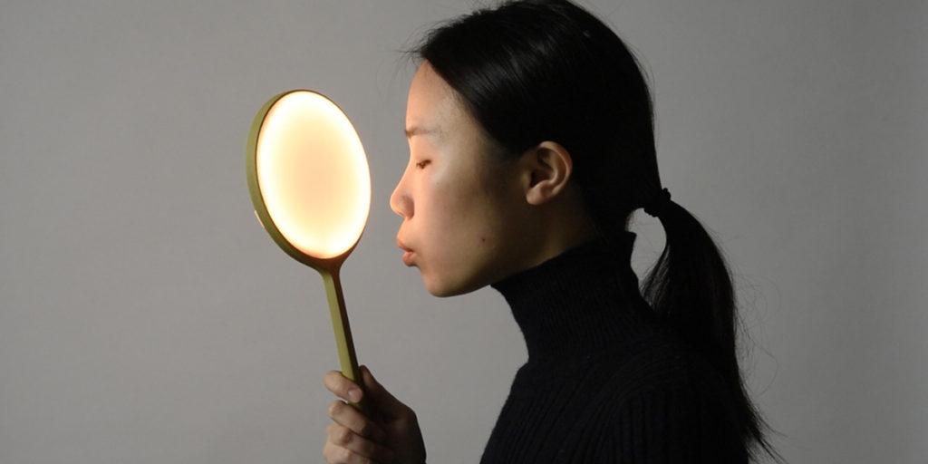 lampada accesa specchio