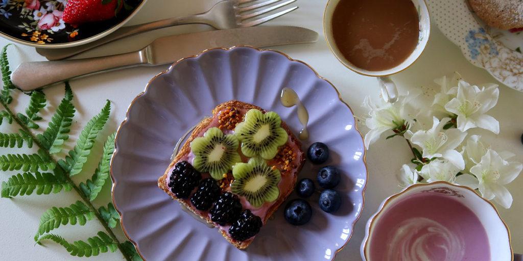 piatto con torta frutta tazze posate