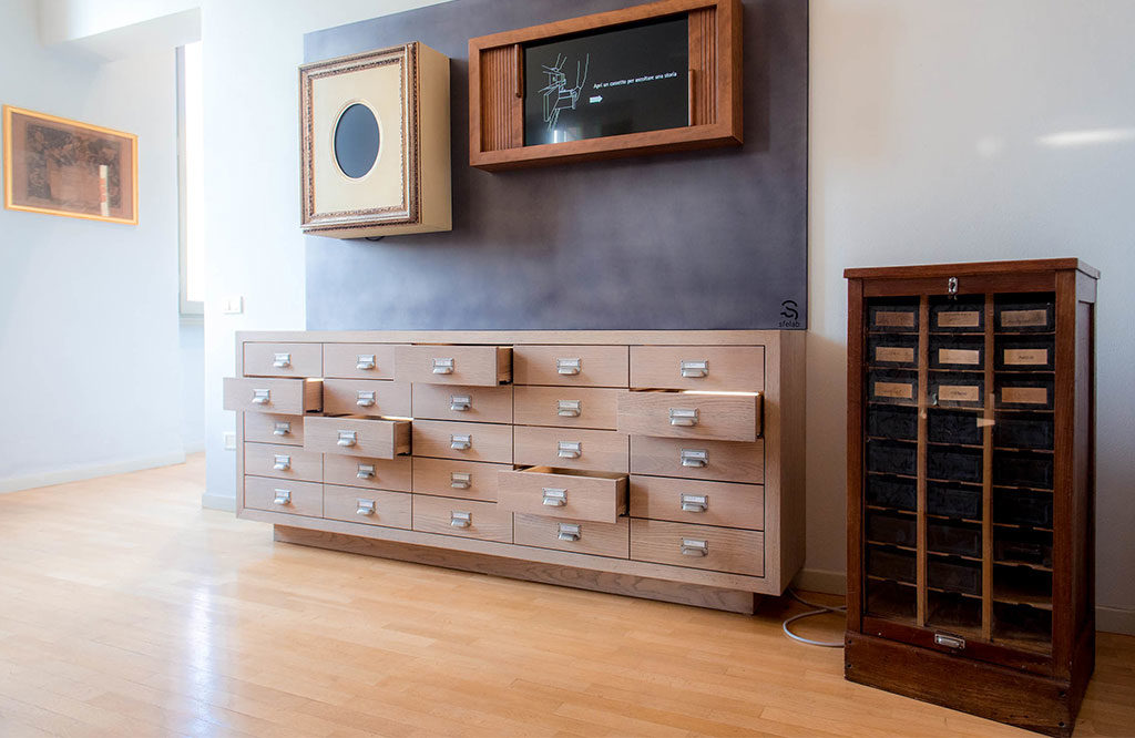cassettiera legno cassetti aperti