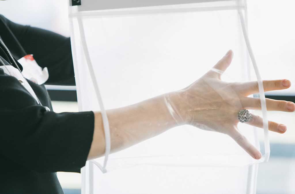 mano contenitore trasparente