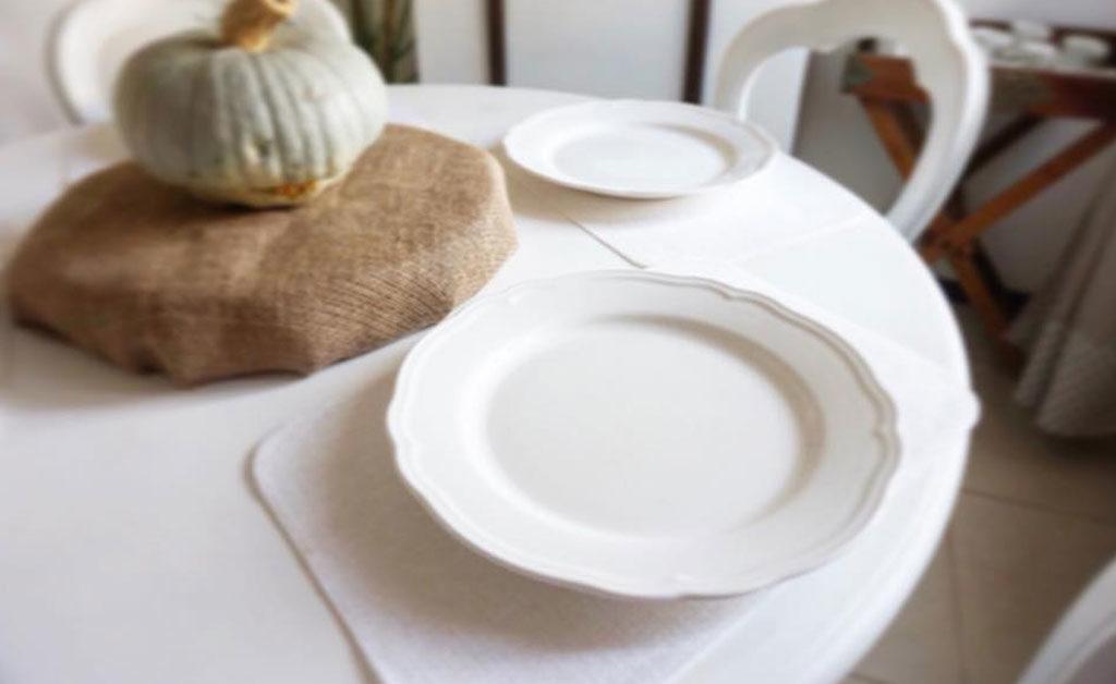 tavola piatto bianco vuoto tovaglietta