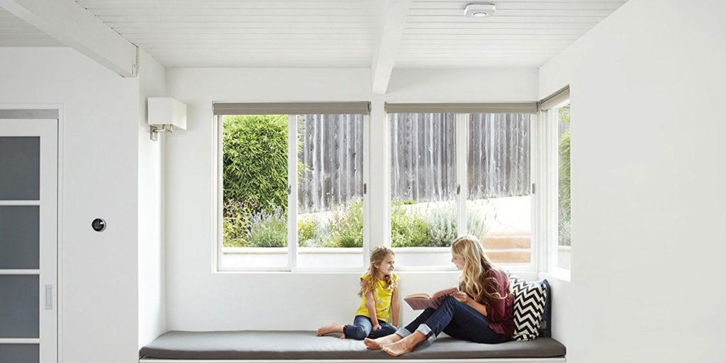 casa divano mamma figlia sensore fumo