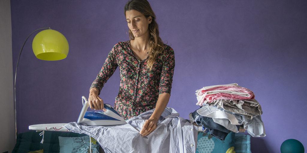 donna che stira indumenti