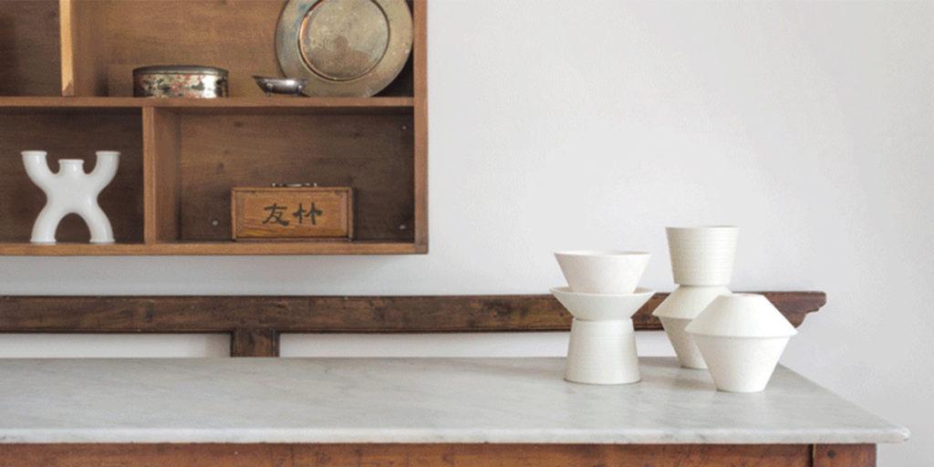 setacci vasi su tavolo marmo