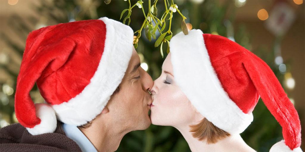 bacio uomo donna sotto vischio
