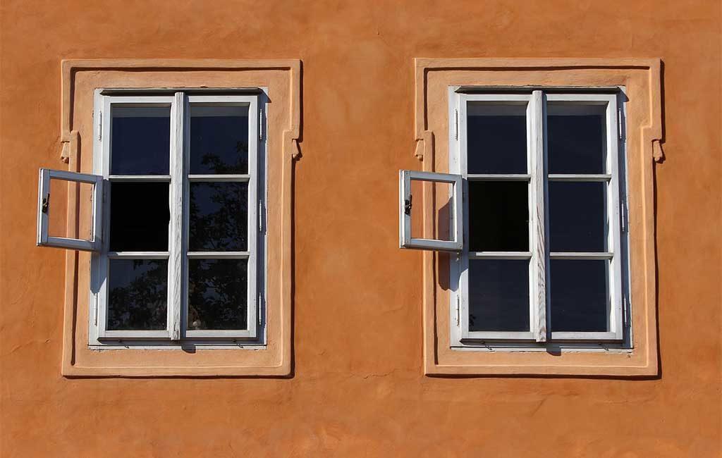 facciata casa finestre bianche