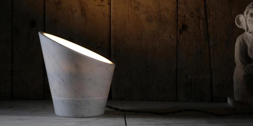 lampada in marmo accesa tavolo