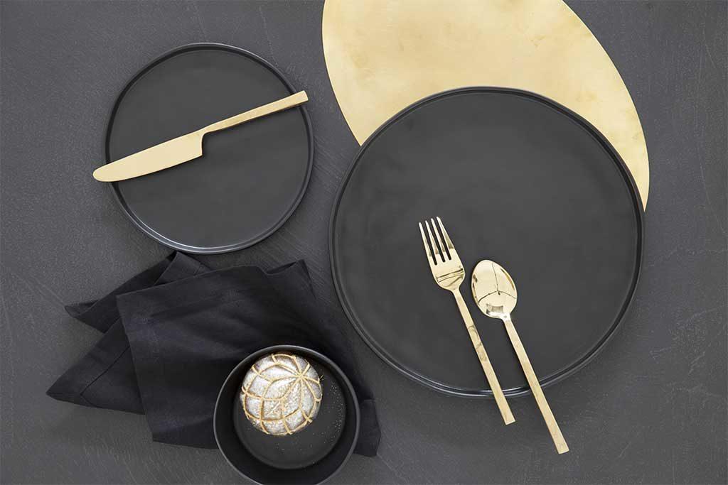 piatti neri posate oro