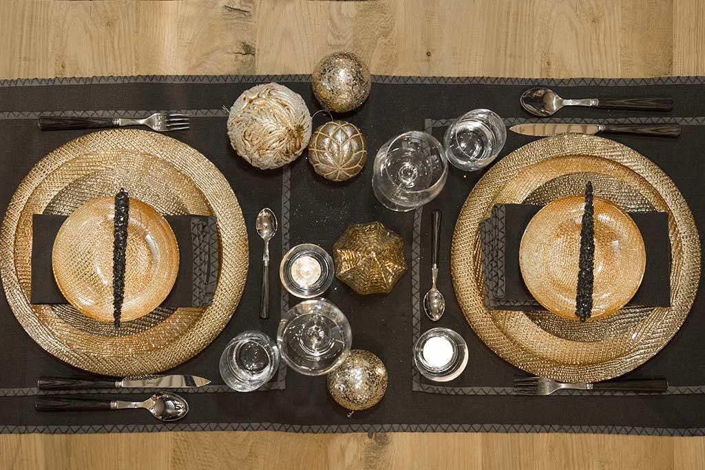 piatti oro tavolo tovaglia scura