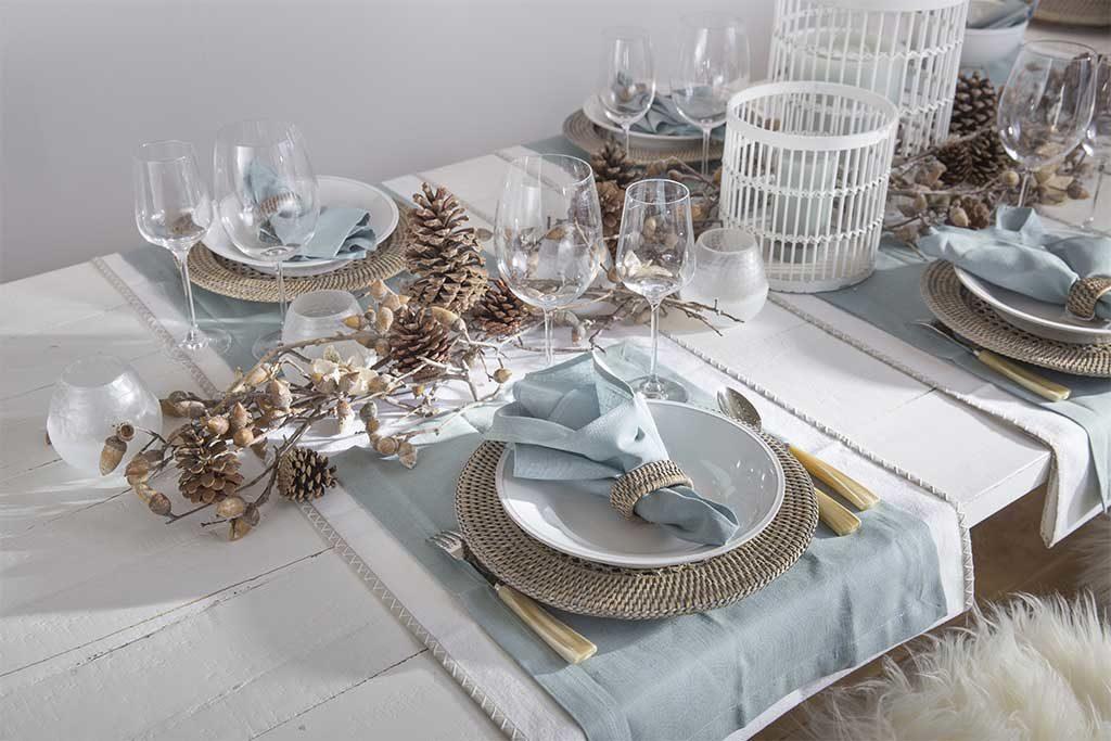 piatti bianchi tovaglia azzurra pigne