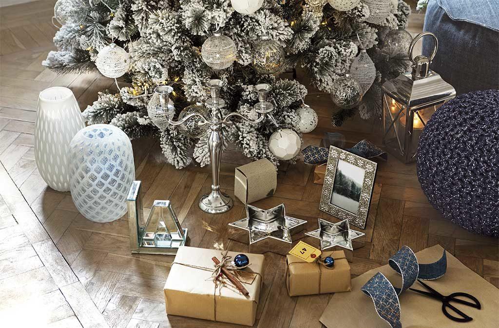 vasi decorati sotto albero natale