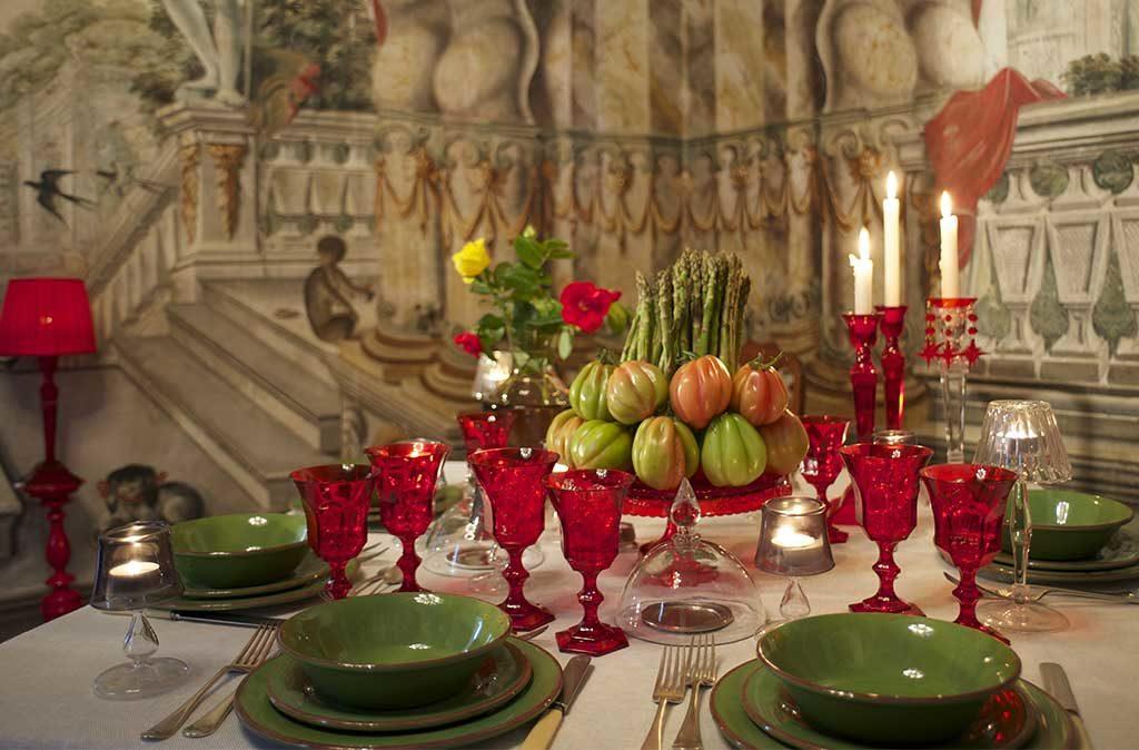 tavola apparecchiata piatti verdi e rosso