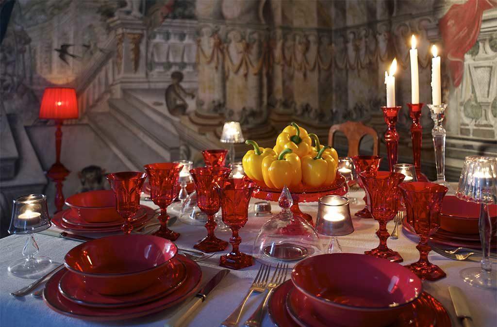 tavola apparechiata in rosso