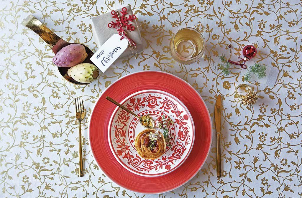 tovaglia bianco e oro piatto rosso