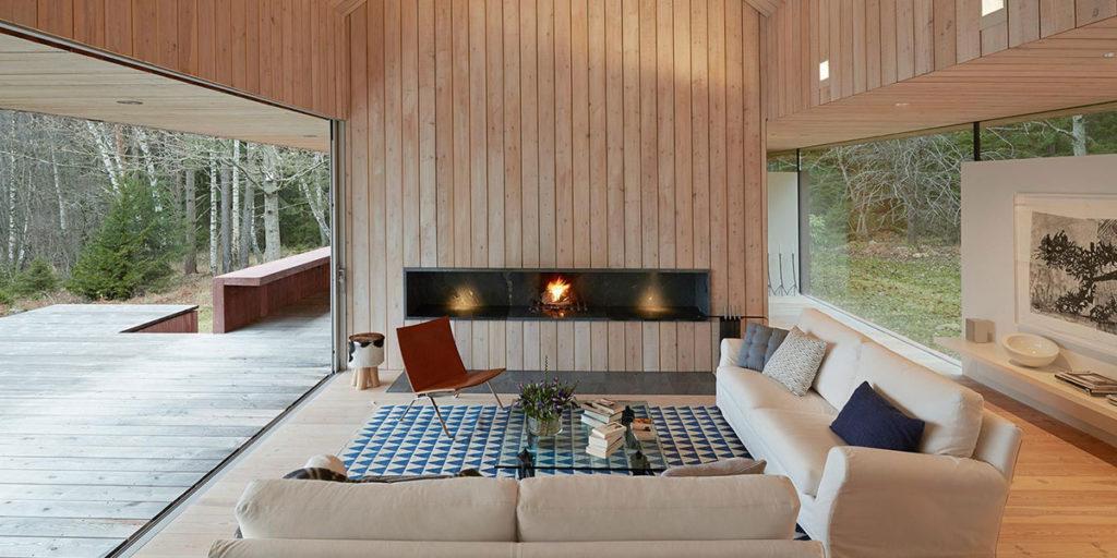 casa interno legno camino divani