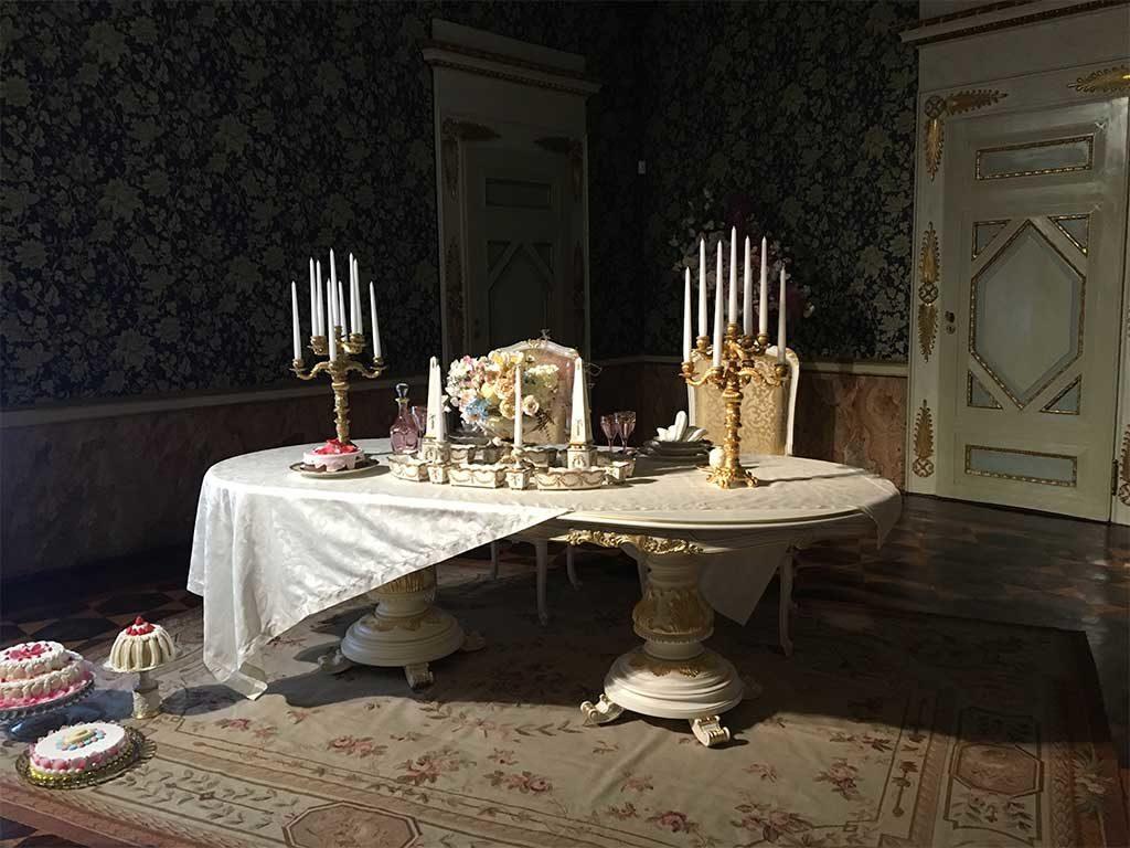 stanza tavola candelabri