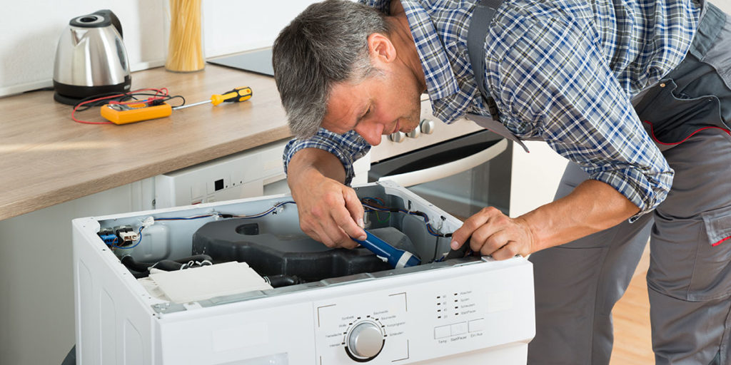 tecnico ripara lavatrice
