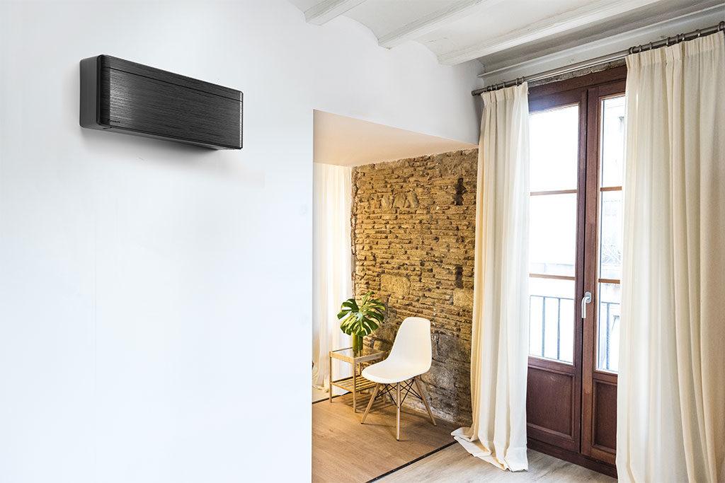 climatizzatore muro scuro effetto legno