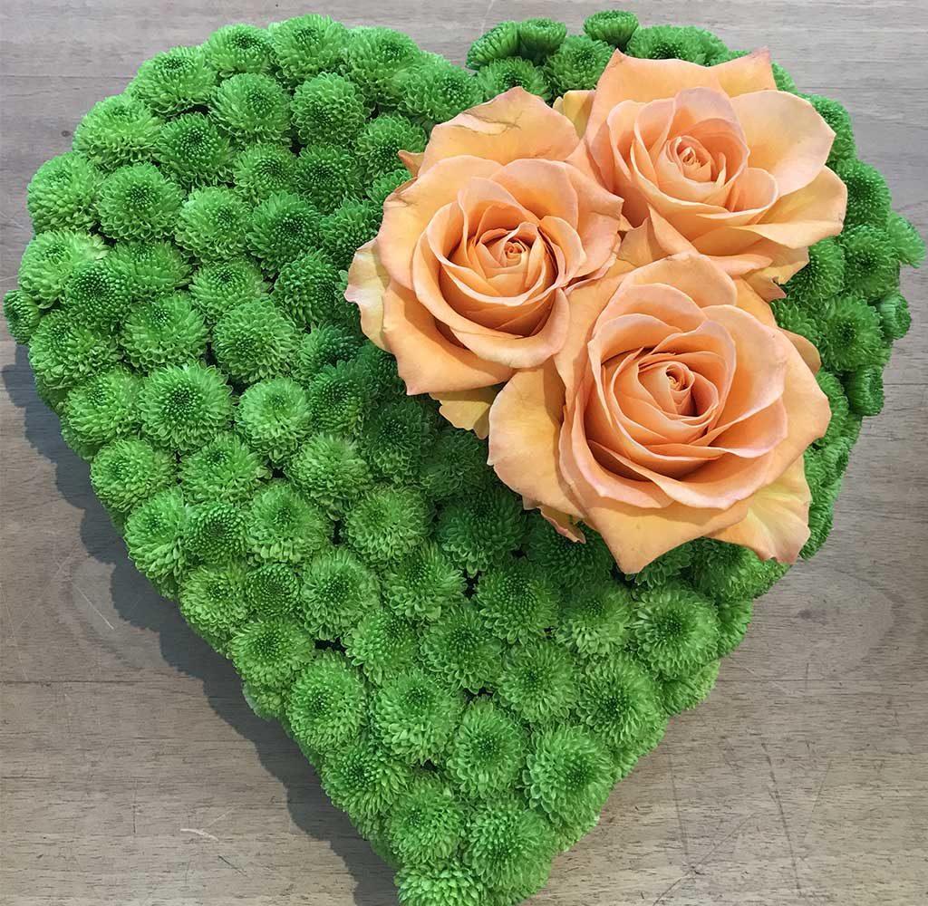 cuore rivestito verde e rose
