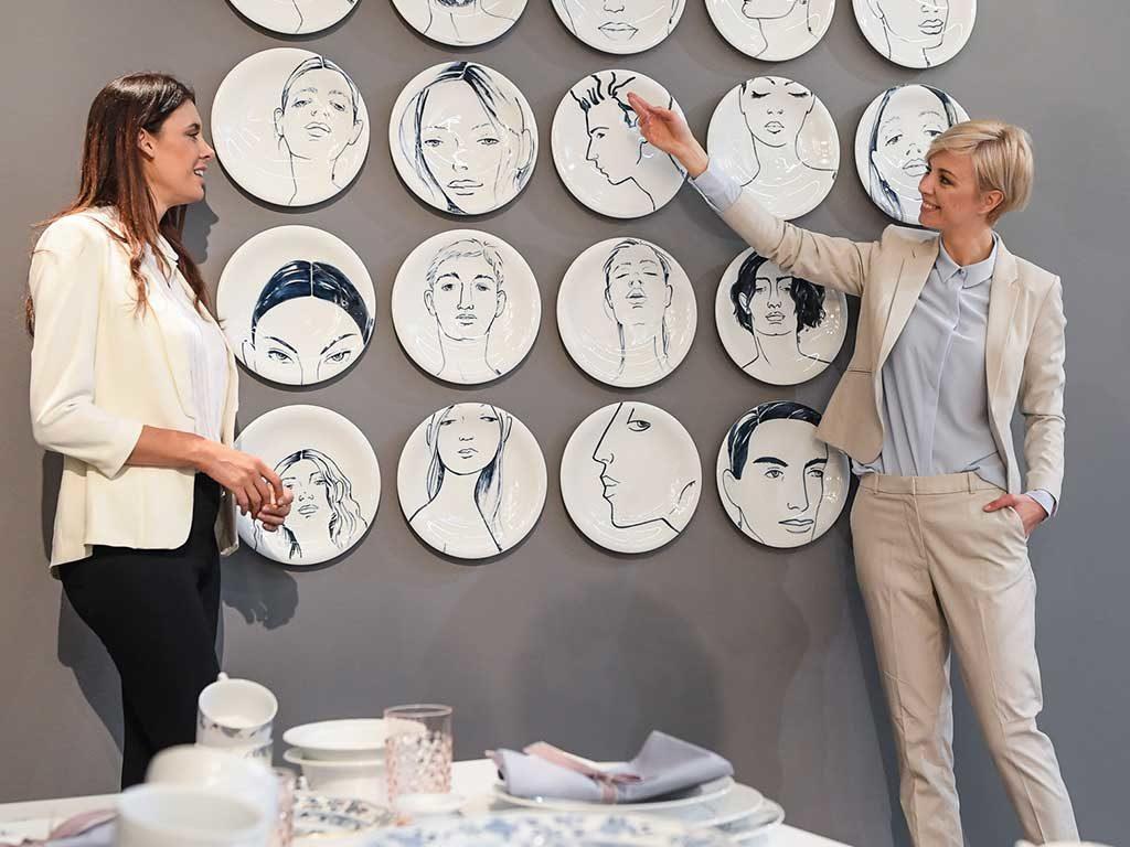 piatti appesi parete ritratti