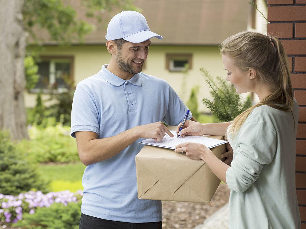 postino consegna pacco firma