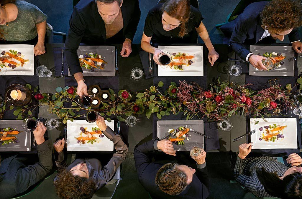 tavola apparecchiata piatti