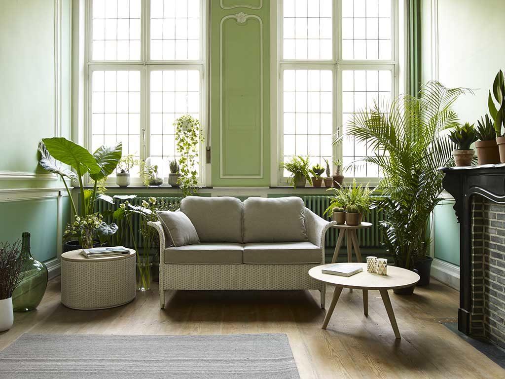 divano e tavolino da esterno stanza verde