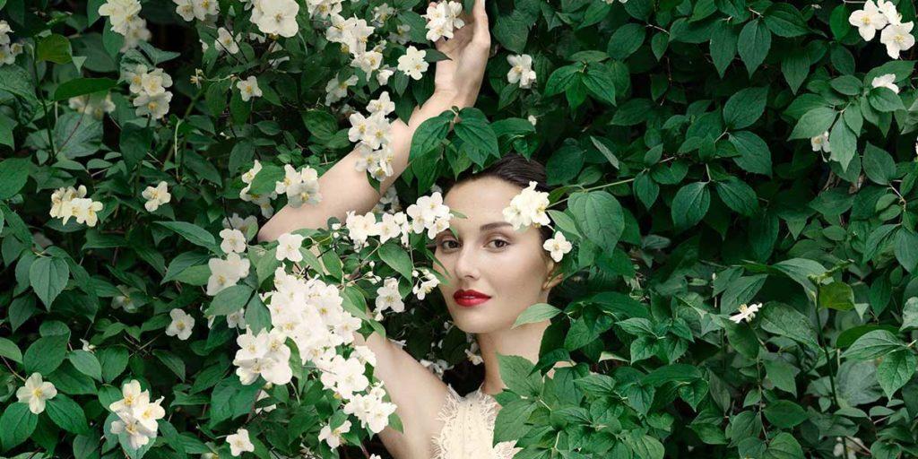 donna ritratta cespuglio verde