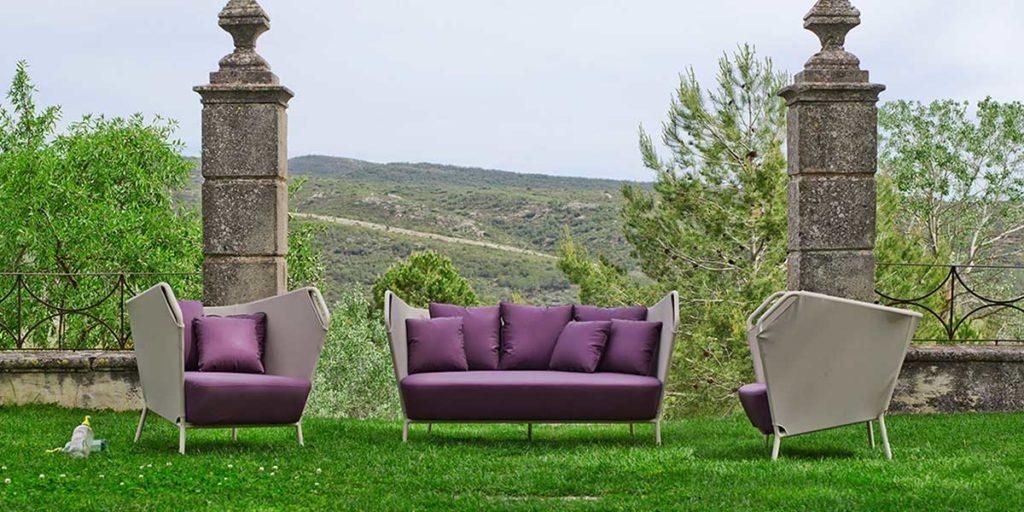 divano e poltroncine viola outdoor