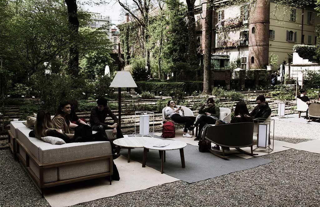 salotto allestito in giardino milano