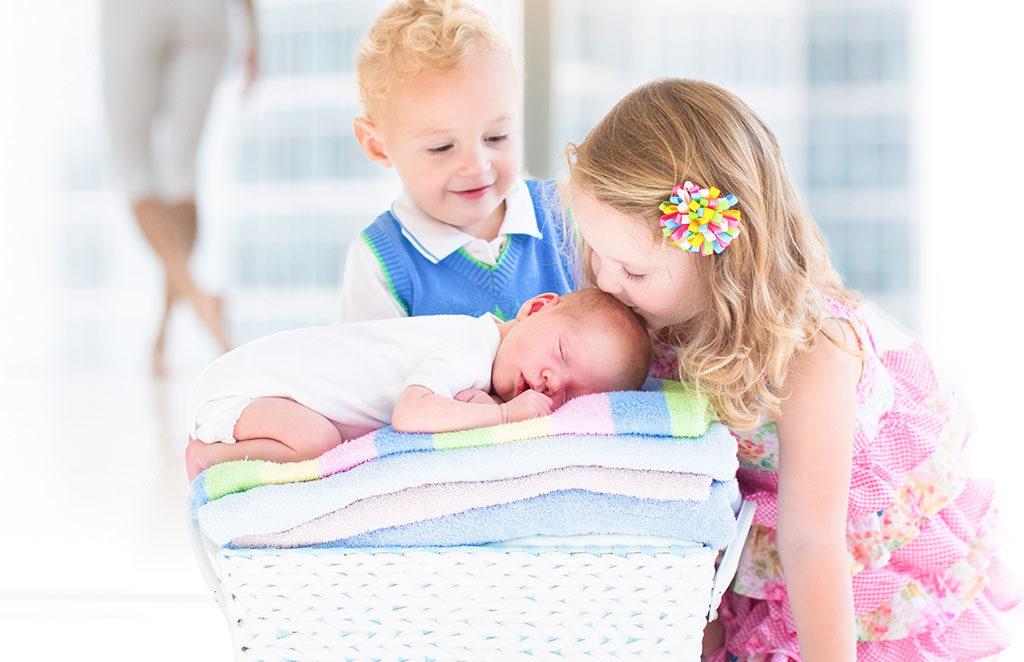 bambini e neonato cesta biancheria