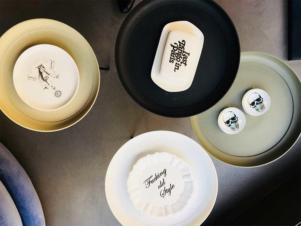 piatti decorati scritte