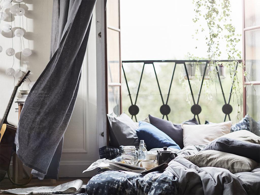 cuscini tenda divano grigio