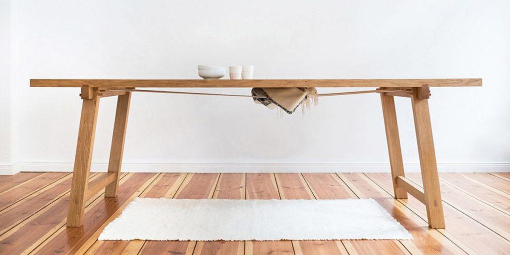 tavolo legno parquet tappeto