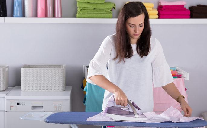 donna ferro stiro lavanderia casa
