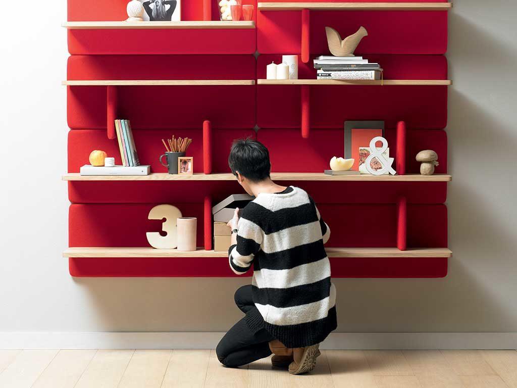 libreria legno e tessuto rosso rivestimento