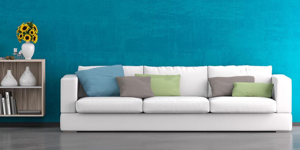 divano bianco pareti azzurre