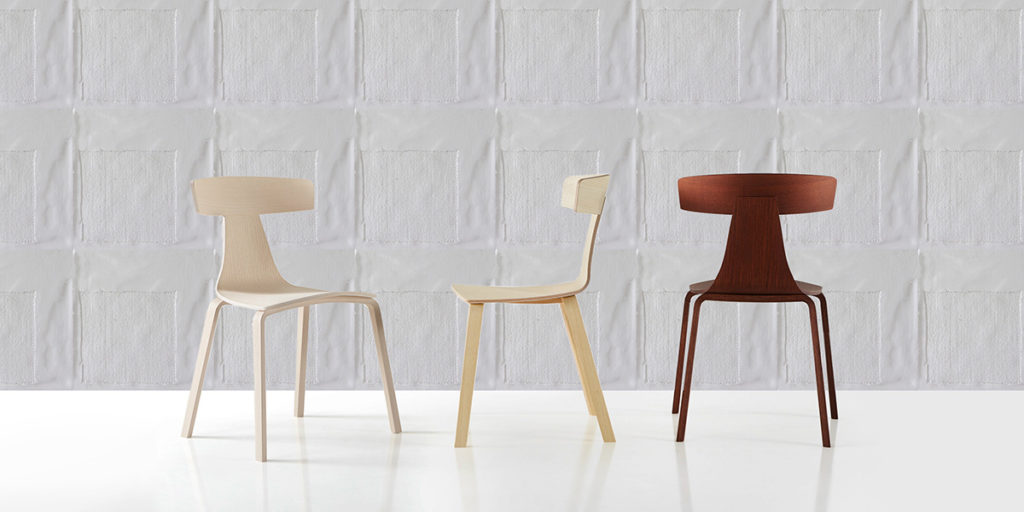 tre sedie legno chiaro scuro