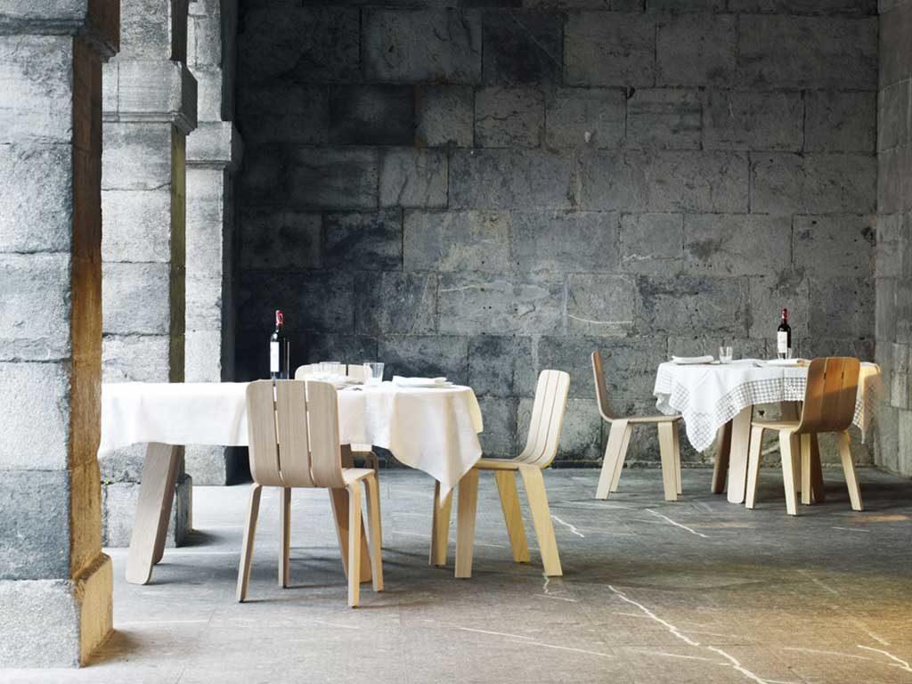 tavoli e sedie legno chiaro