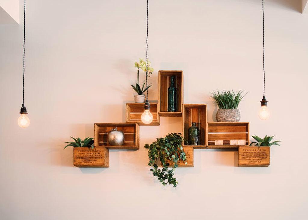 luci sospese cassette legno parete