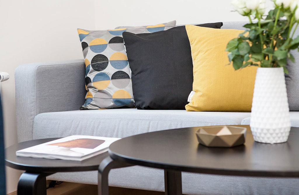 divano grigio chiaro cuscini
