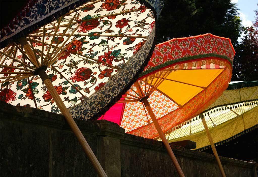 ombrelloni aperti colorati