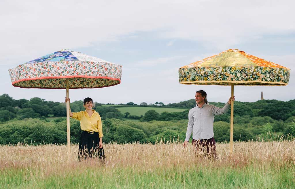 ombrelloni aperti colorati tessuto