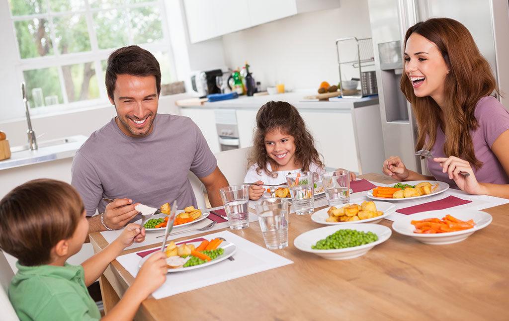 famiglia bambini a tavola