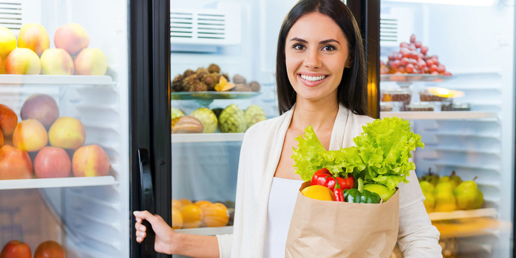 donna supermercato frigo