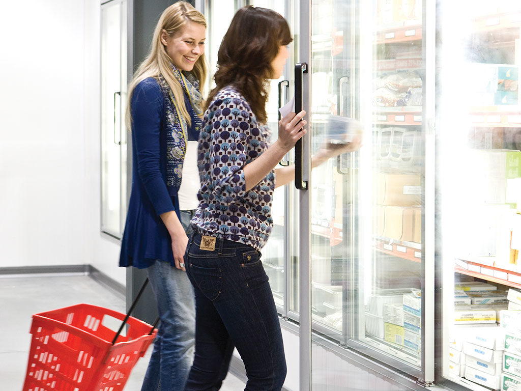 donne spesa frigo supermercato
